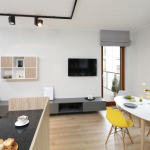 Duże, nisko osadzone okna czy otwarty plan strefy dziennej dodatkowo sprzyjały urządzeniu wnętrza w estetyce łączącej elementy loft i vintage.