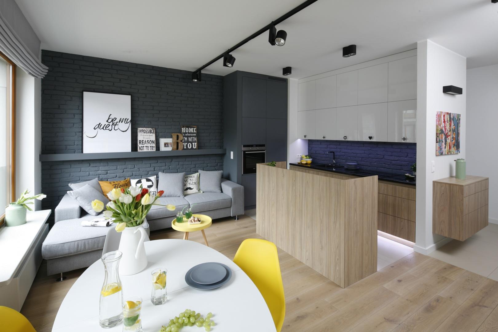 Scenerią wszelkich codziennych działań jest otwarta strefa dzienna, gdzie na wspólnej przestrzeni zaaranżowano salon, jadalnię i kuchnię.