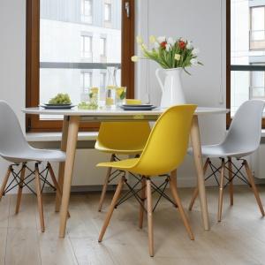 """Jadalnia, dzięki swojej lekkiej i bezpretensjonalnej formie, ma zdolność """"wędrowania"""". Zwykle umieszczony przy oknie stół przy okazji towarzyskich spotkań zajmuje bardziej centralne miejsce."""