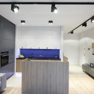 Narożna zabudowa kuchenna została uzupełniona o wyspę, której brakowało w pierwotnym planie mieszkania.
