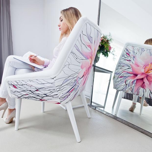Elegancki salon: zobacz ręcznie malowane fotele