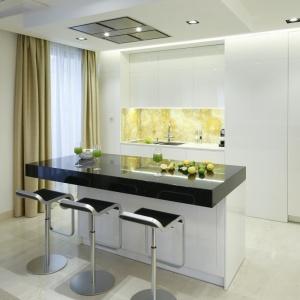 Gładkie fronty i nieskoplikowana bryła mebli sprawiają, że kuchnia jest bardzo nowoczesna. Projekt: Anna Fodemska. Fot. Bartosz Jarosz