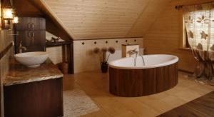 Zarówno lakierowanie jak i olejowanie skutecznie wzmacnia powierzchniową strukturę malowanego drewna.O systemach i różnicach w aplikacji środków opowiada Ernest Wesołowski, ekspert PPG Deco Polska ds. lakierów Domalux.