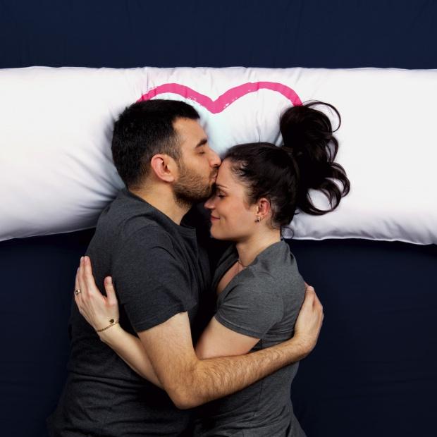 Dodatki do sypialni: wspólna poduszka dla niej i dla niego