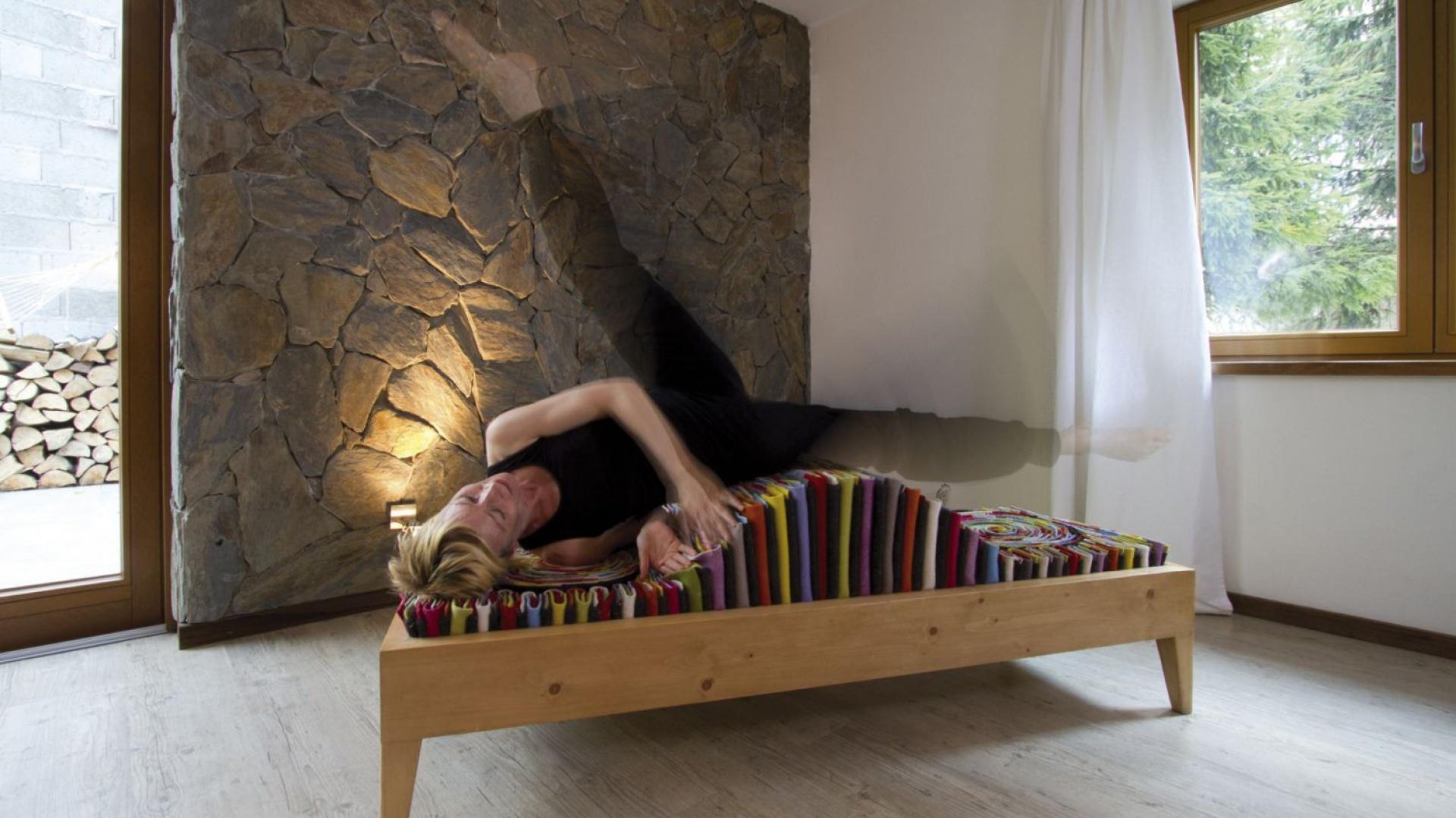 """Ławka """"Kamasutra"""" na konstrukcji drewnianej. Siedzisko ławki wykonane zostało z resztek sukna wełnianego, używanego do produkcji dywanów. Małgorzata Pękala Design. Fot. Łukasz Masłowski, wnętrza Anna Drabczyńska"""