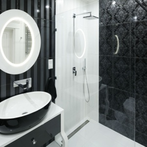 Elegancka czarno-biała łazienka. Projekt: Katarzyna Mikulska-Sękalska. Fot. Bartosz Jarosz