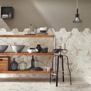 Kolekcja Bistrot nawiązuje do tradycyjnych materiałów, takich majolika, płyty cementowe, kamień i drewno tworząc współczesne, a przy tym niezwykle eklektyczne kompozycje oparte na łączeniu różnych materiałów, motywów dekoracyjnych oraz formatów. Fot. Ragno