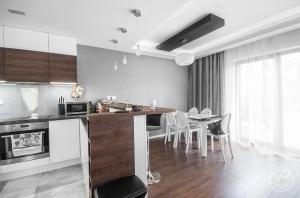 Otwarta przestrzeń kuchni, jadalni i salonu dedykowana jest przede wszystkimm ludziom ceniącym  spotkania w gronie rodzinnym i przyjaciół.