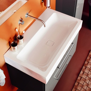 Umywalkę Cono Kaldewei wykonaną ze stali emaliowanej wyróżnia minimalistyczny design oraz kwadratowa emaliowana pokrywa odpływu. 2.500 zł (60x50 cm, wys. 12 cm). Fot. Kaldewei