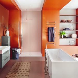 Energetyczny kolor ścian w łazience to dobra energia na start każdego dnia. Na zdj. wanna Meisterstueck Conoduo, umywalka Cono i  powierzchnia prysznicowa Conoflat Kaldewei. Fot. Kaldewei