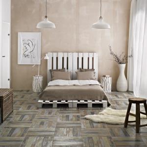Grafika przetartego drewna na płytkach podłogowych Arke sprawia wrażenie puzzli, które dopiero w całości prezentują spodziewany efekt. Fot. Ceramika Paradyż