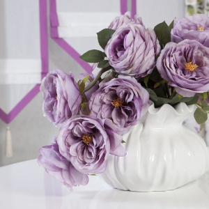 Ulubione kwiaty w sypialni o dowolnej porze roku. Wśród gotowych kompozycji kwiatowych z oferty marki Eurofirany  do wyboru m.in. wyraziste maki, romantyczne bzy, wiosenne tulipany czy klasyczne róże. Fot. Eurofirany