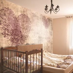 Ściana nad łożkiem to świetne miejsce na oryginalną fototapetę; na zdj. tapeta Heartprint. Fot. Tapetydekorian.pl
