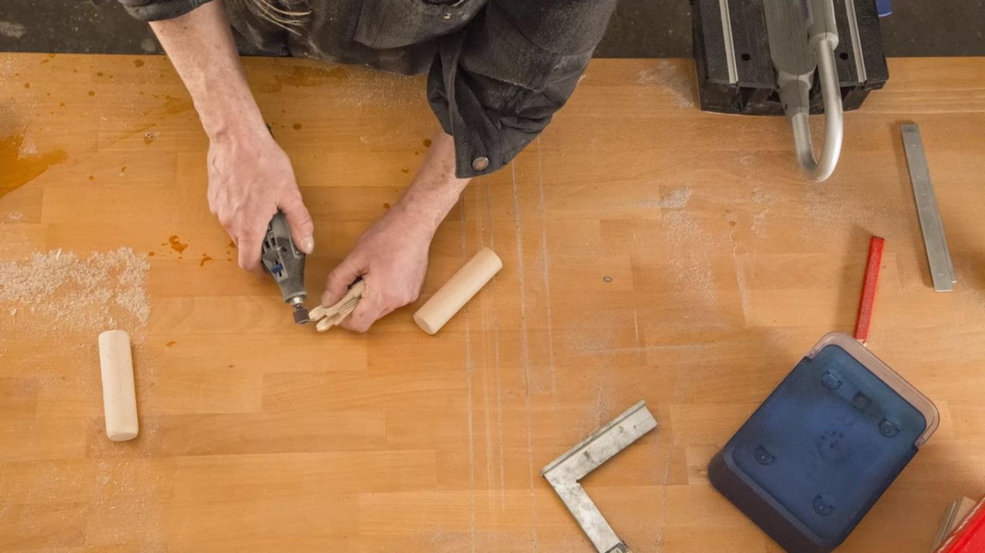 Krok 7: Figurki wycięte z multiplexu będą wymagały jeszcze drobnej obróbki: należy je skrócić o 12 mm powyżej ramion, dzięki czemu będzie można je zainstalować na drewnianych drążkach. Fot. Dremel