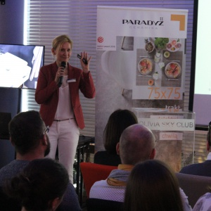 Elżbieta Pękala przedstawia ofertę firmy Duravit. Fot. Arkadiusz Kaczanowski.