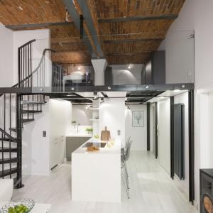 Aby zachować przestrzeń i możliwości, jakie oferowało wnętrze wysokiego loftu, strefa dzienna została otwarta. Projekt: Szymon Chudy. Fot. Bartosz Jarosz