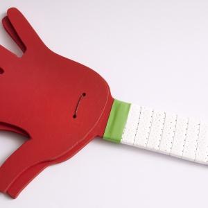 Krok 4: W tym kroku ponownie przyda Ci się znowu narzędzie wielofunkcyjne Dremel® 4200. Narysuj dwa punkty u podstawy dłoni. Do narzędzia wielofunkcyjnego  załóż  spiralne,  uniwersalne  końcówki  do  cięcia (561). Następnie połóż drugą łapkę pod spód i wywierć w obu dwa otwory na wylot. Fot. Dremel
