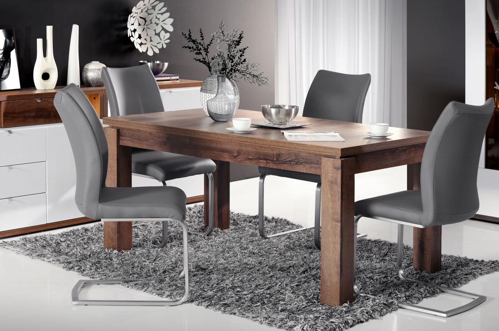 Nowoczesny stół do jadalni z kolekcji mebli Alcano Forte dostępny w dekorze Dąb Szlachetny. Zastosowana do wykończenia stołu okleina doskonale imituje usłojenie i strukturę drewna. Blat stołu można rozłożyć do szerokości 207 cm. 849 zł. Fot. Forte
