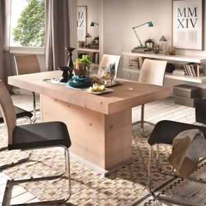 Stół z linii Aspero Paged o prostej, minimalistycznej formie w całości wykonany został ze szlachetnego drewna w odcieniu dębu pustynnego. Po rozłożeniu ma wymiar 350 cm. Wygodne krzesła uzupełniają kolekcję. 3.499 zł (stół), od 499 zł (krzesła). Fot. Paged