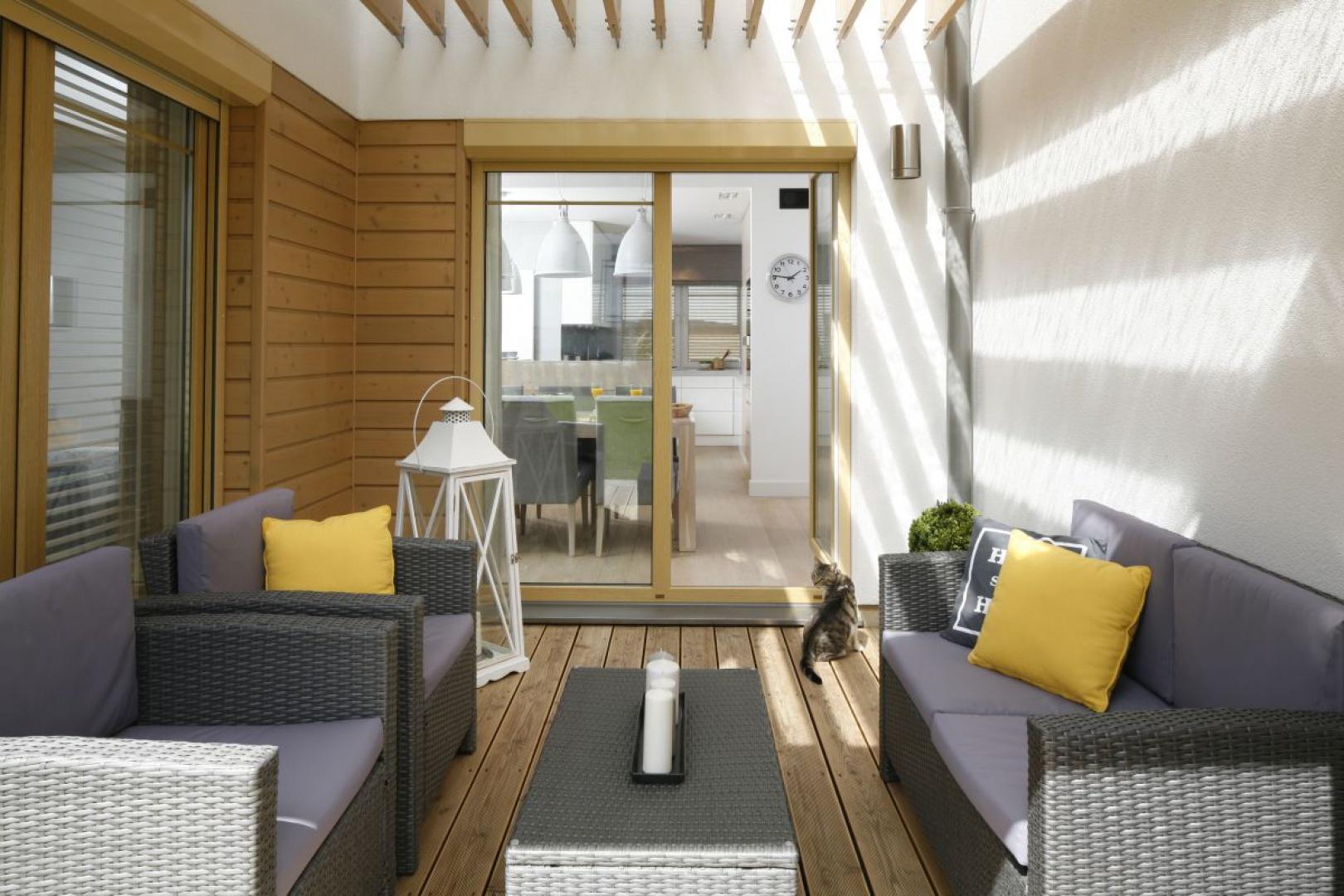 W bezdeszczowe pogodę możemy także odnowić balkon czy taras. Projekt: Małgorzata Galewska. Fot. Bartosz Jarosz