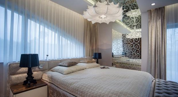 Sypialnia ze złotymi dodatkami
