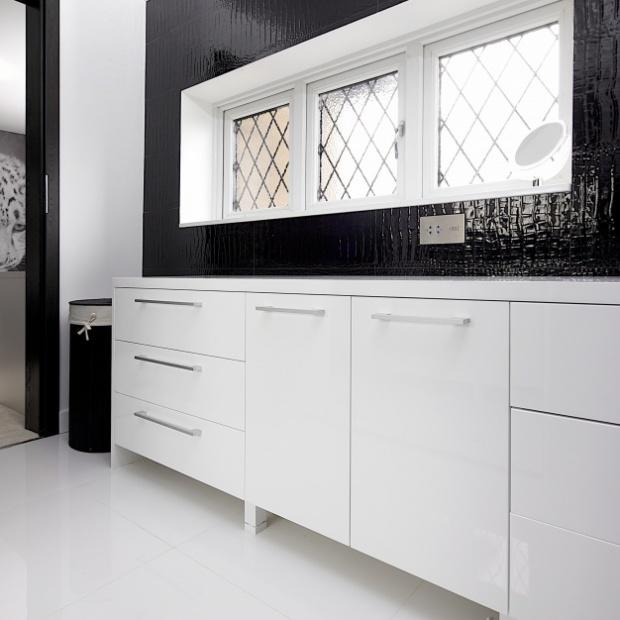 Projekt biało-czarnej łazienki z dużym lustrem