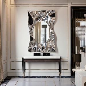 Lustro Impact Specchio z ramą przypominającą zmąconą taflę wody wykonaną z błyszczącej stali. Fot. Galeria Heban