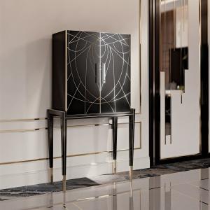 Barek Belle Epoque marki Reflex swoją lekkość zawdzięcza smukłym, wysokim nogom. Fronty wykonano z dekorowanego złotymi zdobieniami szkła. Fot. Galeria Heban