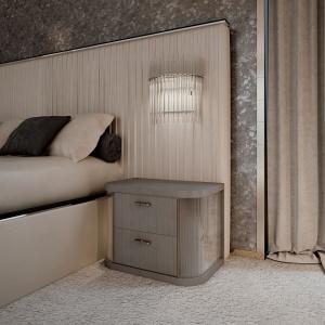 Nocna szafka Mayfair marki Reflex z dwoma szufladami. Zaokrąglone boki szafki wykonane ze żłobionego szkła i wyposażone w lampki LED. Fot. Galeria Heban