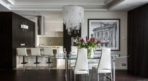 Na potrzeby projektu, odpowiadającego na sprecyzowane oczekiwania właścicieli, wykonano nie tylko okładziny, czy elementy zabudowy, ale także większość mebli i lamp.