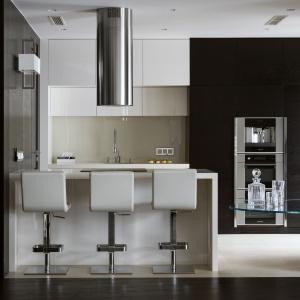Niemal każdy element aranżacji został wykonany specjalnie do tego wnętrza: nie tylko elementy zabudowy, czy większość mebli, ale także kinkiety zaprojektowane przez zespół Hola Design. Fot. Yassen Hristov