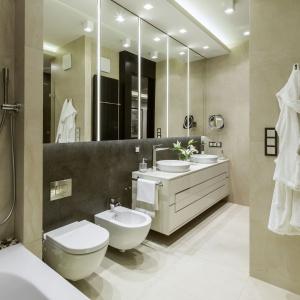 Łazienka przy sypialni pani i pana domu utrzymana jest w tej samej kolorystyce co pozostałe pomieszczenia, chociaż dominują jasne okładziny gresowe. Jej hotelowy charakter to gwarancja luksusu i komfortu na co dzień. Fot. Yassen Hristov