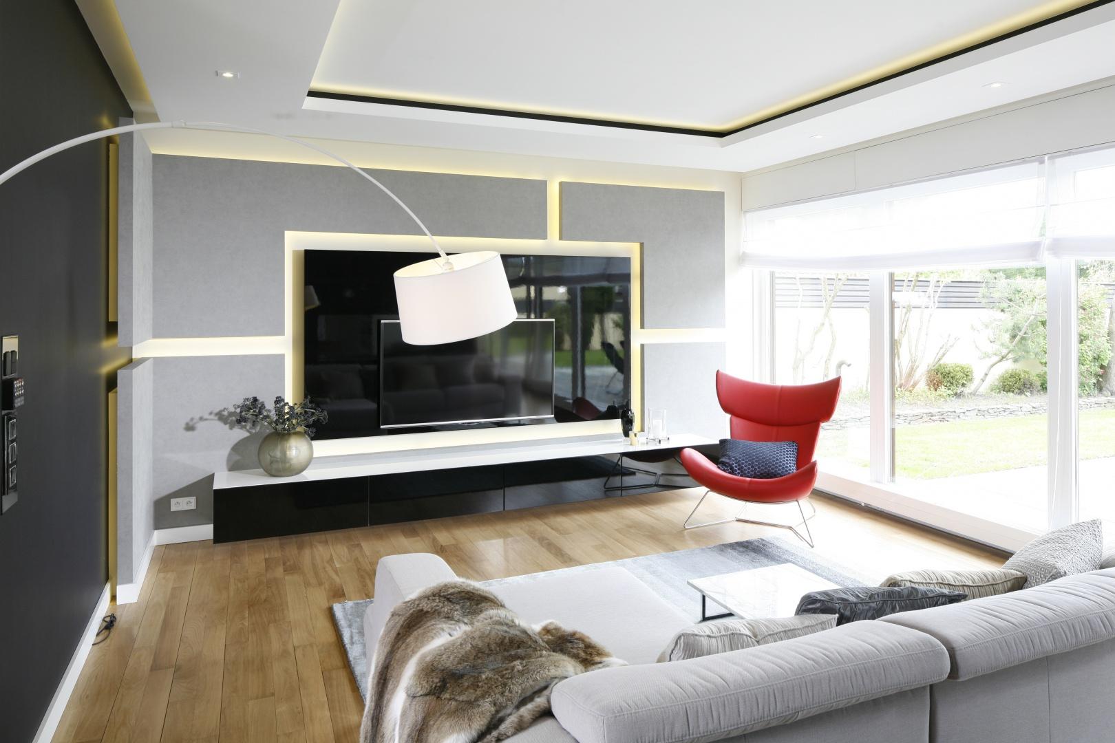 Duży telewizor gwarantuje wrażenia na najwyższym poziomie. Projekt: Agnieszka Hajdas-Obajtek. Fot. Bartosz Jarosz