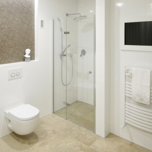 Praktyczne wykorzystanie wnęki na prysznic nie ujmuje nic z eleganckiego wyglądu łazienki. Proj. Piotr Stanisz. Fot. Bartosz Jarosz