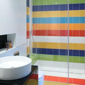 Obszerna wnęka prysznicowa jest kolorowa i efektowna dzięki ciekawie wykończonej ścianie za prysznicem. Proj. Katarzyna Kiełek, Agnieszka Komorowska-Różycka. Fot. Bartosz Jarosz