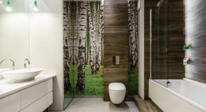 Fototapeta w łazience to wspaniały sposób na urozmaicenie jej wnętrza. Zobaczcie, jak to zrobili rodzimy architekci.