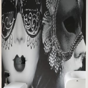 Elegancka i nieco ekstrawagancka aranżacja łazienki, w której pierwsze skrzypce gra fototapeta z kobietą w karnawałowej masce. Projekt: Katarzyna Mikulska-Sękalska. Fot. Bartosz Jarosz