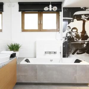 W łazience dla dwóch nastoletnich chłopców na ściane znalazła się fototapeta ze zdjęciem Jamesa Deana. Projekt; Katarzyna Mikulska-Sękalska. Fot. Bartosz Jarosz
