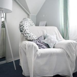 W pokoju chłopca znalazł się również kącik dla mamy, gdzie może ona usiąść i spokojnie wypić herbatę. Fot. qamille.pl