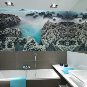 Rodzinną łazienkę w szarościach ożywiają fototapeta i kolorowe dodatki. Projekt: Anna Maria Sokołowska. Fot. Bartosz Jarosz