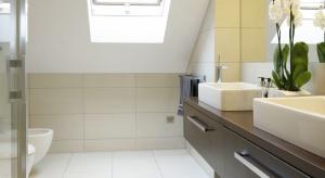 Łazienka na piętrze znajduje się w bliskim sąsiedztwie sypialni państwa domu. Pomieszczenie ze skosem dachowym i oknem połaciowym już na starcie miało to, co stanowi o jego charakterze: ciekawy kształt, dostęp naturalnego światła i optymalne w