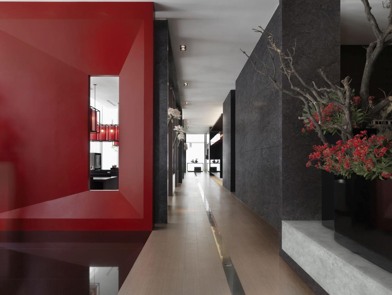 Element płaski oklejony laminatem HPL w kolorach bordo oraz smooth i raw concrete. Fot.  Pfleiderer
