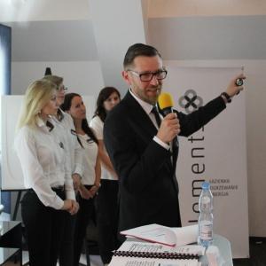 Adam Ziemski, wspólnik Hydrosolar Warszawa oraz zespół salonu Elementspod przywództwem Marty Kolasińskiej (po lewej) - kierownika salonu Elements Janki.