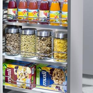 Kosz Cargo mini z linii Prestige Supreme z mocowaniem bocznym z pełnym dnem do dolnych szafek kuchennych. Łatwy i wygodny dostęp do przechowywanych w nim produktów gwarantuje kształt kosza i mechanizm jezdny z systemem miękkiego domykania. Fot. Nomet