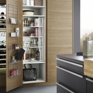 Zastosowany w kuchni Bondi wysoki metalowy kosz do zawieszenia po wewnętrznej stronie drzwiczek zabudowy kuchennej pomoże przechowywać drobne produkty, po które często sięgamy, a także posłuży jako wieszak na rękawice kuchenną czy ściereczkę. Fot. Leicht