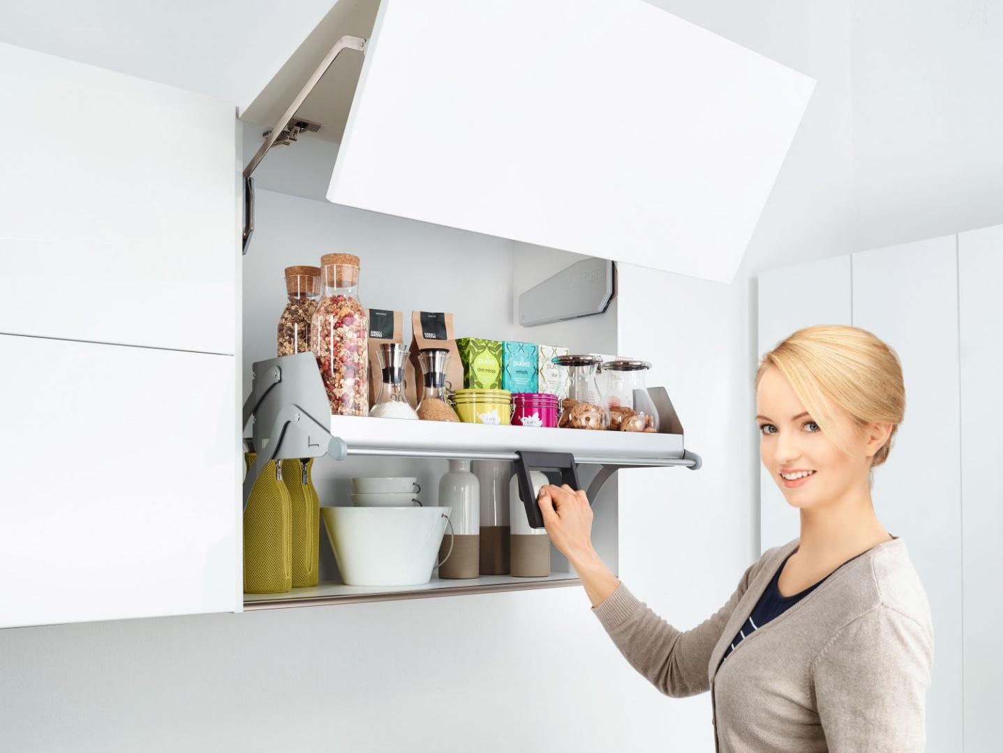 System  iMove dla szafek wiszących umożliwia łatwe, bezszelestne wysunięcie w dół i otwarcie zawartości na zewnątrz. Cięższe przedmioty przechowywane są na dolnym korpusie, lżejsze produkty na wyższych półkach ruchomych. Fot. Peka
