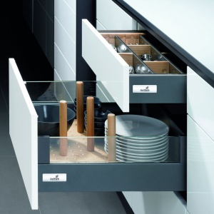 System przegród Orga Store z kołeczkami z drewna stabilizuje talerze, dzięki czemu nie będą się one przesuwać podczas otwierania szuflady. Ograniczniki można przesuwać zgodnie z wymiarami ustawianych w szufladzie rzeczy. Fot. Hettich