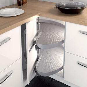 Szafka Mondo do naroży kuchennych pozwala maksymalnie zagospodarować miejsce w kącie kuchni. Łatwe przechowywanie, wygodny dostęp do produktów, wysoka trwałość półek i lekka praca to tylko niektóre jej zalety. Fot. Häfele