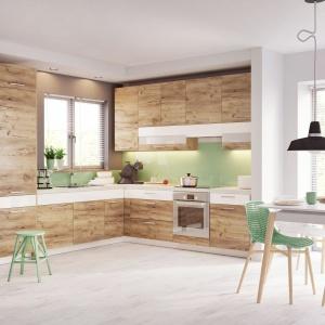 Meble w kuchni nie muszą być identyczne, jak te w salonie czy jadalni. Wystarczy, jeżeli powtórzymy ten sam dekor, podobnie jak w aranżacji KAMduo XL – biały stół doskonale komponuje się z białym akcentem na dekorach szuflad. Fot. KAM