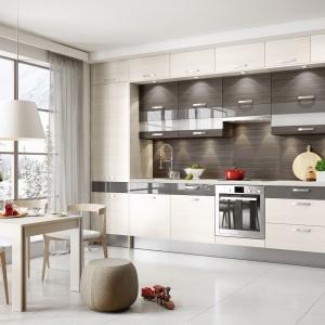 Otwartą kuchnię oglądamy najczęściej z perspektywy salonu, dlatego warto, aby była z nim spójna stylistycznie. W kolekcji KAMduo XL bez problemu dobierzemy np. stół do jadalni, który dodatkowo wyznaczy nam granicę strefy kuchennej i wypoczynkowej. Fot. KAM